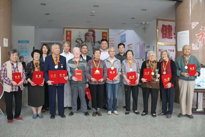 青岛市民政局,市老龄办领导出席颁奖仪式,向20名年过古稀的获奖老人